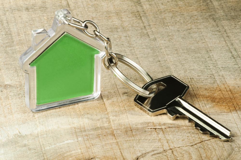 déménagement écologique représenté par une clé et un porte clé en forme de maison verte
