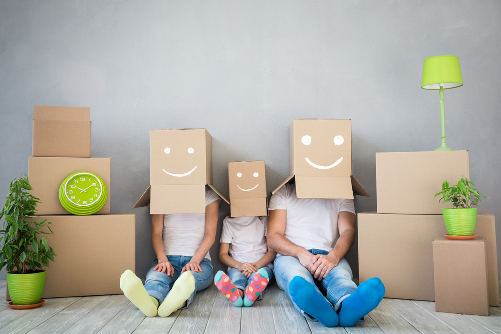 famille heureuse qui réalise un déménagement écoresponsable